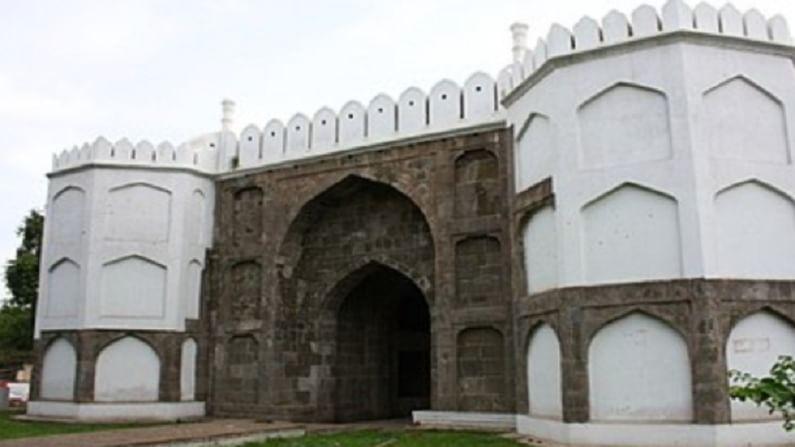 भडकल गेट, औरंगाबाद - भडकल गेट 1612 मध्ये बांधले होते. हे मोगलांविरूद्धच्या विजयाच्या स्मरणार्थ बांधले गेले होते, म्हणूनच याला 'विजय गेट' असेही म्हणतात.