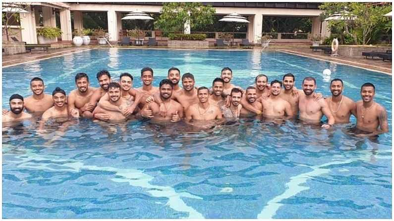 टीम इंडियाचे सर्व खेळाडू एकत्र स्वीमिंग पूलमध्ये धमाल करताना दिसले. पाण्यात उतरून सर्व खेळाडूंनी मस्ती केली. कर्णधार शिखर धवन, भुवनेश्वर कुमार, पंड्या ब्रदर्श, सूर्यकुमार यादव असे सर्व खेळाडू एका फ्रेममध्ये दिसले.  (Photo- Instagram/ Yuzi Chahal) a