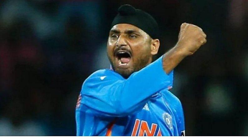 भारताने दिमाखात जिंकलेला 2007 चा टी-20 विश्वचषक असो किंवा 2011 चा एकदिवसीय विश्वचषक दोन्ही महत्त्वाच्या स्पर्धांमध्ये भारताचा प्रमुख फिरकीपटू म्हणून कामगिरी पार पाडणाऱ्या भारतीय ऑफ स्पिनर हरभजन सिंगचा (Harbhajan Singh Birthday) आज वाढदिवस. अनेकवेळा मैदानात आणि मैदानाबाहेरच्या  कॉन्ट्रोवर्सीमुळे चर्चेत आलेल्या हरभजनचा जन्म आजच्याच दिवशी म्हणजे 3 जुलै,1980 ला पंजाबच्या जलंधर येथे झाला होता. 41 वर्षांच्या हरभजन अजूनही अधिकृतरित्या आंतरराष्ट्रीय क्रिकेटमधून निवृत्त्त झाला नसल्याने त्याचे करियर जवळजवळ 23 वर्षांचे झाले आहे. (Indian Cricketer Spinner Harbhajan Singh Birthday Today Know some Unknown Things about harbhajan)