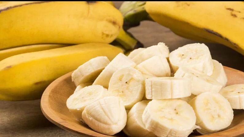 नेहमी तरुण आणि निरोगी दिसणाऱ्या त्वचेसाठी केळी एक सुपरफूड आहे. त्यामध्ये अ, ब आणि ई जीवनसत्त्वे असतात जे तुमच्या त्वचेसाठी उत्कृष्ट असतात आणि वृद्धावस्थाविरोधी प्रक्रियेस मदत करतात, यामुळे तुमची त्वचा निरोगी, तरुण आणि चमकदार दिसते.