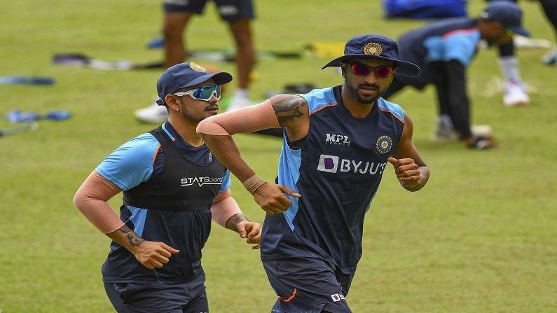 श्रीलंका दौऱ्यात अनेक नव्या खेळाडूंना संधी देण्य़ात आली आहे. तसेच टी-20 विश्वचषक जवळ आला असल्याने कोणत्या नव्या खेळाडूंना विश्वचषकात संधी द्यायची हे ठरवण्यासाठी बीसीसीआयचे निवडकर्ते भारताचे माजी क्रिकेटपटू देबाशीष मोहंती आणि अबे कुरवीला हे दोघेही संघासोबत दौऱ्यावर जाणार आहेत. यावेळी भारताचे तीन युवा फलंदाज इशान किशन, सूर्यकुमार यादव आणि संजू सॅमसन यांच्यात काटेंकी टक्कर असले. कारण तिघांनी आयपीएलमध्ये स्वत:चा अप्रतिम खेळ दाखवल्याने विश्वचषकासाठी कोणाची वर्णी लागणार हे पाहणे महत्त्वाचे ठरेल. वरील फोटोत मुंबई इंडियन्सचे खेळाडू असणारे इशान किशन (Ishan Kishan) आणि कृणाल पांड्या (Krunal Pandya) सराव करत आहेत.