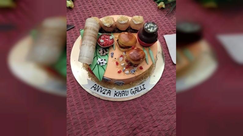 लाडक्या 'स्वीटू'च्या या बर्थडे केकवर चक्क अनेक पक्वान्नांची रेलचेल पाहायला मिळाली. डोसा, वडापाव, पाणीपुरी, रसगुल्ले आणि दाबेली असे सगळेच पदार्थ यावर दिसले अर्थात हे सगळे पदार्थ केक फाँडंटपासून बनवण्यात आले होते.
