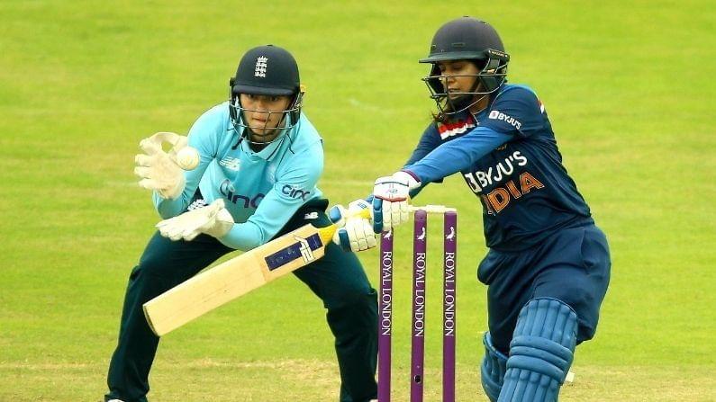 भारतीय पुरुष संघाप्रमाणे भारतीय महिला क्रिकेट टीमही (Indian Women Cricket Team) सध्या इंग्लंडच्या दौऱ्यावर आहे. एकमेव कसोटी सामना ड्रॉ झाल्यानंतर आताभारत आणि इंग्लंडच्या रणरागिनींमध्ये एकदिवसीय सामन्यांची मालिका रंगली आहे. ज्यात पहिल्या दोन्ही सामन्यांत फलंदाजांच्या सुमार कामगिरीमुळे भारत पराभूत झाला आहे.दरम्यान दोन्ही सामन्यात कर्णधार मिताली राजने (Mithali Raj) ठोकलेल्या अर्धशतकांचा तिला चांगला फायदा झाला असून तिने इंग्लंडमध्ये सर्वाधिक वेळा 50 किंवा त्याहून अधिक धावा करण्याचा रेकॉर्ड केला आहे. तिने रोहित शर्मा (Rohit Sharma), विराटसह (Virat Kohli) अनेक दिग्गजांना मागे टाकले आहे.