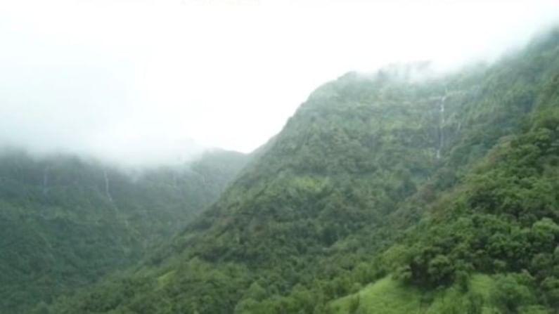 कुंभवडे प्रामुख्याने येथील कडेकपारीतून मनसोक्त, मनमुरादपणे अनेक छोटे मोठे धबधबे प्रवाहित होतात.