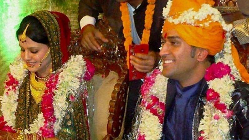 भारतीय क्रिकेट संघाचा सर्वात यशस्वी कर्णधार असणारा महेंद्र सिंह धोनी (Mahendra Singh Dhoni) आणि त्याची पत्नी साक्षी (Sakashi Dhoni) यांच्या लग्नाचा आज (4 जुलै) 11 वा वाढदिवस आहे. आजच्या दिवशी 2010 मध्ये हे दोघेही लग्नबंधनात अडकले होते. दोघांनी 3 जुलैला डेहराडूनच्या एका हॉटेलात साखरपुडा करुन दुसऱ्याच दिवशी लग्न केलं होतं.