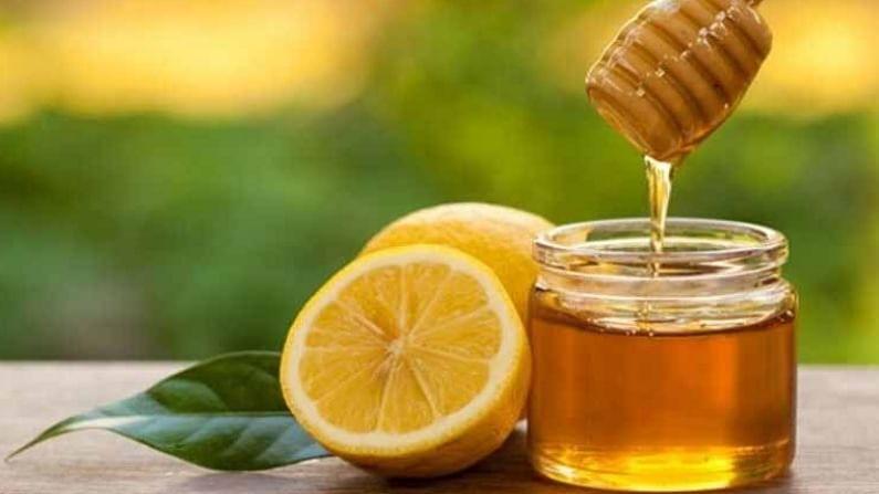 गरम पाणी आपल्या आरोग्यासाठी खूप फायदेशीर आहे. मात्र, जर आपण गरम पाण्यात मध मिक्स करून पिले तर त्याचे अनेक फायदे आहेत.