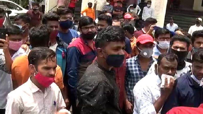 जवळपास 400 ते 500 विद्यार्थी रस्त्यावर उतरले होते. राज्य सरकारच्या विरोधात विद्यार्थ्यांनी जोरदार घोषणाबाजी केली. त्यानंतर पोलिसांनी आंदोलकांना ताब्यात घेतले.