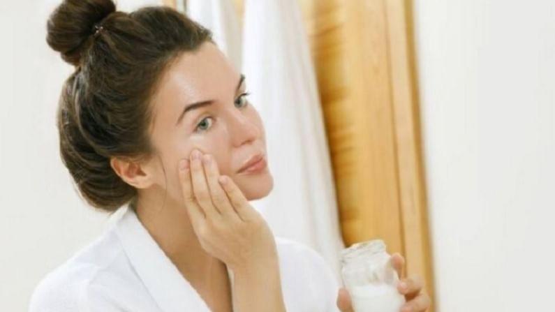 एक चमचा बेसन पीठमध्ये चिमूटभर हळद मिसळा. काही थेंब लिंबाचा रस आणि एक चमचे गुलाब पाणी त्यामध्ये मिक्स करा. ही पेस्ट साधारण वीस मिनिटांसाठी आपल्या चेहऱ्यावर ठेवा. त्यानंतर थंड पाण्याने आपला चेहरा धुवा.