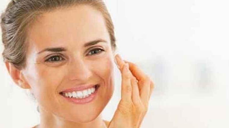 दोन चमचे मधात चार चमचे लैव्हेंडर तेल मिक्स करा. ही पेस्ट चांगली मिक्स आणि संपूर्ण चेहऱ्यावर लावा. यामुळे चेहऱ्यावरील टॅन कमी होण्यास मदत होईल. विशेष म्हणजे यामुळे चेहरा उजळण्यास मदत होईल.