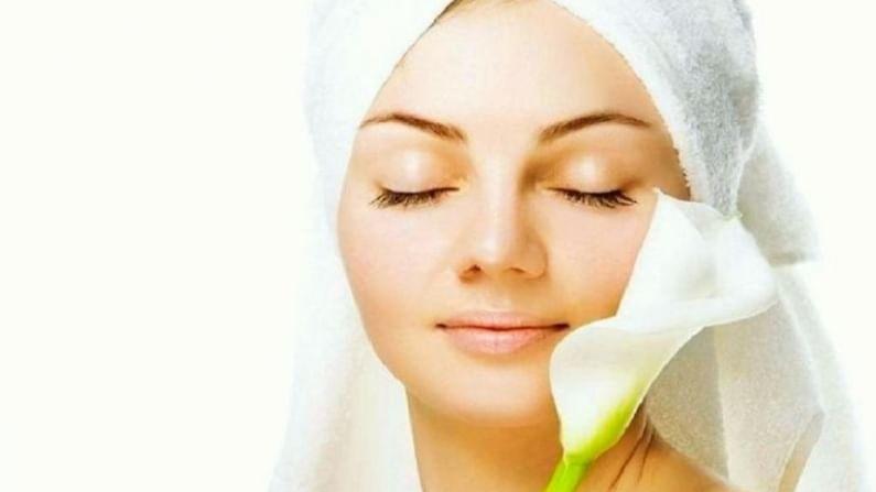एका भांड्यात एक चमचा चंदन पावडर, अर्धा चमचा हळद आणि गुलाब पाणी मिक्स करून घ्या. याची चांगली पेस्ट तयार करा आणि संपूर्ण चेहऱ्याला लावा. यामुळे चेहऱ्याच्या अनेक समस्या दूर होण्यास मदत होईल. (टीप : कोणत्याही उपचारांपूर्वी डॉक्टरांचा सल्ला अवश्य घ्यावा.)