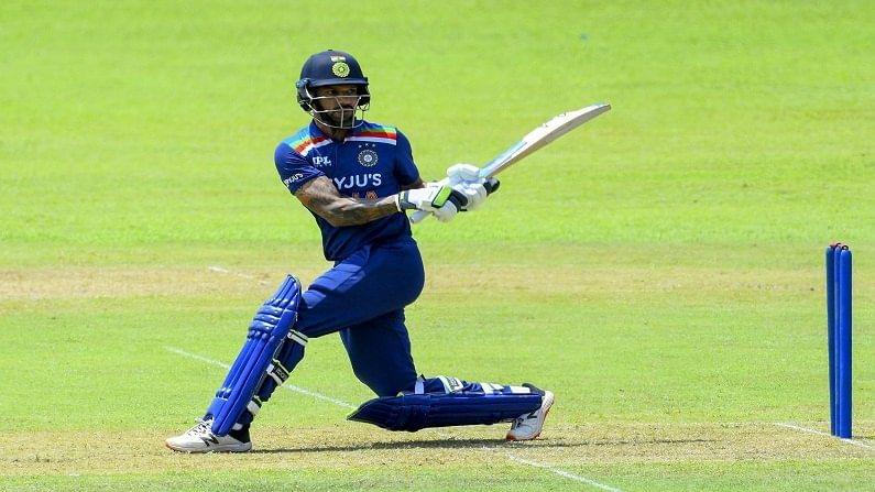 कर्णधार शिखर धवनच्या (Shikhar Dhawan) नेतृत्त्वाखाली युवा खेळाडूंची फौज श्रीलंका दौऱ्यावर गेली आहे. या दौऱ्यात तीन वनडे आणि तीन ट्वेन्टी-20 सामने खेळणार आहे. हे सर्व सामने कोलंबोमधील आर. प्रेमदासा आंतरराष्ट्रीय क्रिकेट स्टेडियमवर होणार आहेत. यात पहिला एकदिवसीय सामना 13 जुलै, दुसरा 16 जुलै आणि तिसरा 18 जुलैला खेळवला जाणार आहे. तर पहिला टी-20 सामना 21 जुलै, दुसरा 23 जुलै आणि तिसरा 25 जुलैला खेळवला जाईल. दरम्यान सामन्यांआधी सराव म्हणून भारतीय खेळाडू आपआपसांत मिळून सराव सामना खेळत आहेत. या सामन्याचे काही फोटो बीसीसीआयने त्यांच्या ट्विटरवर शेअर केले आहेत. वरील फोटोत कर्णधार शिखर फलंदाजी करताना दिसत आहे.