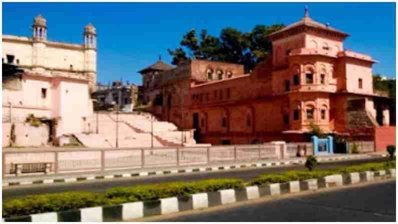 गोहर महल - गोहर महाल अप्पर तलावाच्या काठावर वसलेला आहे आणि शहराचा समृद्ध वारसा म्हणून ओळखला जातो. मुळात मुगल आणि हिंदू वास्तुकलेने बांधलेली ही हवली आहे. या राजवाड्याचे नाव भोपाळच्या पहिल्या महिला शासक कुदसिया बेगम यांच्या नावावर आहे, ज्याला गोहर बेगम म्हणून देखील ओळखले जाते, ज्या महान शासकांपैकी एक आणि कलाप्रेमी देखील होती.