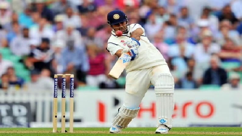 भारतीय क्रिकेट संघाचा माजी कर्णधार महेंद्रसिंग धोनी याचा आज वाढदिवस आहे.. टीम इंडियाचा हा दिग्गज 42 वर्षांचा झालाय... आंतरराष्ट्रीय क्रिकेटमधून संन्यास घेतल्यानंतर महेंद्रसिंग धोनीचा हा पहिलाच वाढदिवस आहे... 2020 साली त्याने आपल्या क्रिकेट कारकीर्दीला पूर्णविराम दिला. धोनीच्या 40 व्या वाढदिवसानिमित्त आपण त्याच्या काही खास इनिंग्जवर नजर टाकूया... धोनीला टी-20 क्रिकेट आणि वन-डे क्रिकेटचा बादशहा म्हणून ओळखलं जातं परंतु कसोटी क्रिकेटमध्ये देखील त्यांना लाजवाब खेळी खेळल्या आहेत... 2013 मध्ये त्यानं ऑस्ट्रेलियाविरुद्ध चेन्नई टेस्टमध्ये दुहेरी शतक झळकावलं होतं... अशी कमाल करणारा तो एकमेव विकेट किपर फलंदाज आहे... धोनीने खेळलेल्या 90 कसोटीत 38.09 च्या सरासरीनं 4 हजार 876 रन्स केले आहेत. कसोटी क्रिकेटमध्ये धोनीच्या नावावर 6 शतकांसह 33 अर्धशतकं आहेत. चला तर मग जाणून घेऊया धोनीच्या पाच सर्वोत्तम इनिंग्जविषयी...