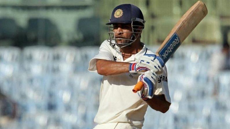 ऑक्टोबर 2008 मध्ये ऑस्ट्रेलियाविरुद्धच्या मोहाली कसोटीत धोनीने दोन्ही डावात अर्धशतके झळकावत आपल्या नेतृत्वाखाली भारताला विजय मिळवून दिला. या दरम्यान तो पहिल्या डावात आठव्या क्रमांकावर फलंदाजीला आला आणि 8 चौकार आणि 7 षटकारांसह 92 धावांवर तो बाद झाला. ही सौरव गांगुलीची शेवटची मालिका होती आणि त्यानेही मोहाली कसोटीच्या पहिल्या डावात शतक केलं होतं. दुसर्या डावात धोनी तिसऱ्या क्रमांकावर खेळण्यासाठी आला आणि 3 चौकार व 1 षटकारासह 68 धावा करून तो परतला. हा सामना भारताने 320 धावांनी जिंकला.