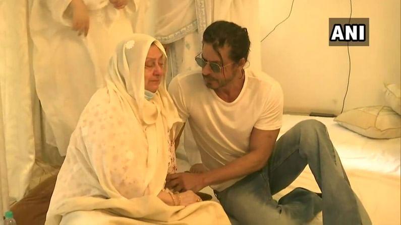 दिलीप साहेबांना वडील मानणारा अभिनेता शाहरुख खान श्रद्धांजली वाहण्यासाठी दिलीप कुमारांच्या घरी पोहोचला होता.
