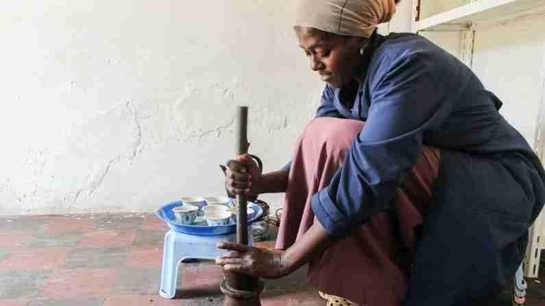 आपणास याबद्दल माहिती आहे का, येथे जमाना देखील मागेच आहे. म्हणजे जिथे या क्षणी संपूर्ण जगात वर्ष 2021 चालू आहे, इथिओपियात 2014 चालू आहे (Why is Ethiopia Calendar Different). इथिओपियात एका वर्षात 12 नाही 13 महिने असतात. इथले कॅलेंडर 7 वर्ष आणि 3 महिने जगाच्या मागे आहे.