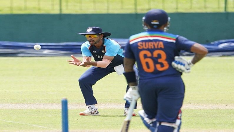 या दौऱ्यात तीन वनडे आणि तीन ट्वेन्टी-20 सामने खेळणार आहे. हे सर्व सामने कोलंबोमधील आर. प्रेमदासा आंतरराष्ट्रीय क्रिकेट स्टेडियमवर होणार आहेत. यात पहिला एकदिवसीय सामना 13 जुलै, दुसरा 16 जुलै आणि तिसरा 18 जुलैला खेळवला जाणार आहे. तर पहिला टी-20 सामना 21 जुलै, दुसरा 23 जुलै आणि तिसरा 25 जुलैला खेळवला जाईल. दरम्यान सामन्यांआधी सराव म्हणून भारतीय खेळाडू आपआपसांत मिळून सराव सामना खेळत आहेत. या सामन्याचे काही फोटो बीसीसीआयने त्यांच्या ट्विटरवर शेअर केले आहेत. वरील फोटोत कर्णधार शिखर धवन (Shikhar Dhawan) झेल घेताना दिसत असून नॉन स्ट्राईकवर सूर्यकुमार यादव (Suryakumar Yadav) दिसत आहे.