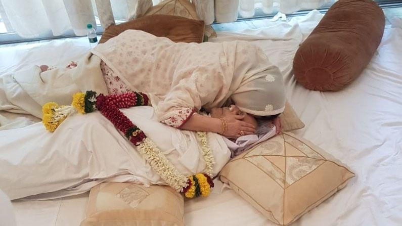 दिलीप कुमार यांच्या मृत्यूने सायरा बानो पूर्णपणे खचल्या आहेत. अभिनेत्याच्या अंत्यदर्शनाची काही छायाचित्रे समोर आली आहेत, जी खूप भावनिक आहेत.