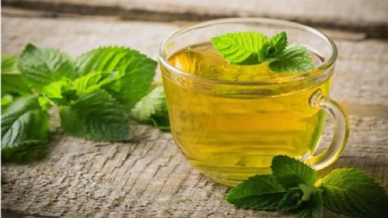 पुदीन्याची चहा पिणे आपल्या आरोग्यासाठी अत्यंत फायदेशीर आहे. ही चहा माउथ फ्रेशनर म्हणूनही वापरली जाते.
