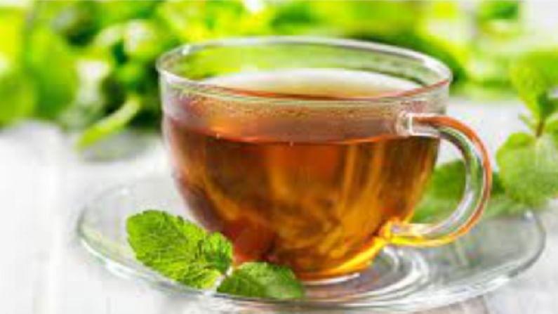 डोकेदुखी कमी करण्यासाठी आपण पुदीना चहा घेऊ शकता. पुदीनाच्या पानांमध्ये मेन्थॉल असते. हे डोकेदुखी दूर करण्यासाठी कार्य करते.