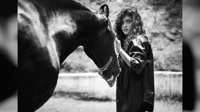 'आय अॅम अवेअर दॅट अॅम रेअर' असं भन्नाट कॅप्शन देत संस्कृतीने शेअर केलेल्या या फोटोंमध्ये तिच्यासोबत एक काळ्या रंगाचा घोडा देखील दिसत आहे.
