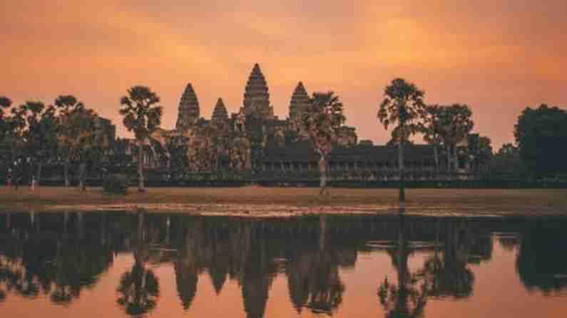 कंबोडिया - ही जागा अंगकोरवाट मंदिरामुळे हे ठिकाण खूप प्रसिद्ध आहे. जिथे फिरण्यासाठी भारतीयांना आपले खिसे जास्त सैल करावे लागणार नाहीत. येथे भेट देण्यासाठी रॉयल पॅलेस, राष्ट्रीय संग्रहालय आणि बर्याच ऐतिहासिक स्थळे आहेत. कंबोडियामध्ये पाश्चात्य देशांपेक्षा जास्त पर्यटक येतात. तथापि, आता ही जागा देखील भारतीयांच्या पसंतीस उतरली आहे. 1 भारतीय रुपया - 51.47 कंबोडियन रील