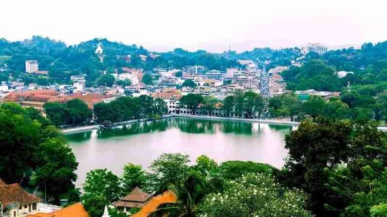 श्रीलंका - समुद्र किनारे, पर्वत, हिरवळ आणि ऐतिहासिक वास्तूंचे घर श्रीलंका देखील सुट्टीसाठी भारतीयांच्या पसंतीच्या ठिकाणांपैकी एक बनले आहे. हा देश भारताच्या जवळच आहे आणि येथे उड्डाणे देखील स्वस्त आहेत. येथेही भारतीय रुपया अधिक महाग आहे. 1 भारतीय रुपया - 2.67 श्रीलंकाई रुपया