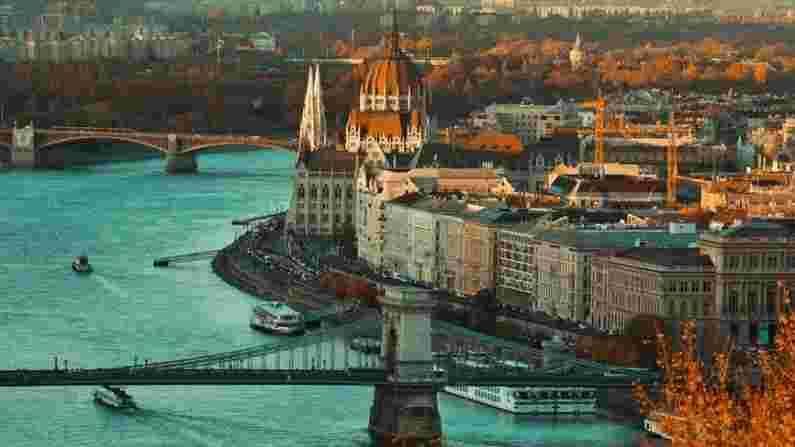 हंगेरी - हंगेरी आपल्या आर्किटेक्चर आणि संस्कृतीसाठी लोकप्रिय आहे, ज्यावर रोमन, तुर्की आणि इतर संस्कृतींचा प्रभाव आहे. जर आपण येथे आलात तर उद्यान आणि राजवाडा पाहण्यास विसरू नका. हंगेरीची राजधानी बुडापेस्ट हे जगातील सर्वात रोमँटिक शहरांपैकी एक आहे. 1 भारतीय रुपया - 4.01 हंगेरियन फोरिंट