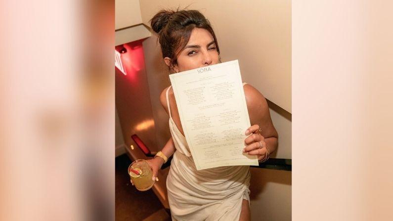 प्रियंका चोप्राने हॉटेल मेनूसह तिचा फोटो पोस्ट केला आहे.