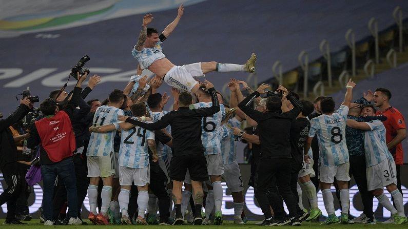 कर्णधार लिओनल मेस्सीसाठी (Lionel Messi) हा विजय अत्यंत महत्त्वाचा असल्याने विजयानंतर सर्वांनीच मेस्सीला अक्षरश: डोक्यावर घेतले. यावेळी मेस्सीला घेऊन जल्लोष करताना संघ