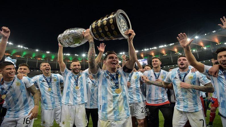 कोपो अमेरिका (Copa America 2021) या मानाच्या स्पर्धेत अखेर मेस्सीच्या अर्जेंटीना संघाने ब्राझीलवर विजय मिळवला विजयानंतर अर्जेंटीना संघाने मैदानावर मोठा जल्लोष केला यावेळी कर्णधार लिओनल मेस्सी (Lionel Mess) विजयी चषक उचलून संघासोबत दिसत आहे.