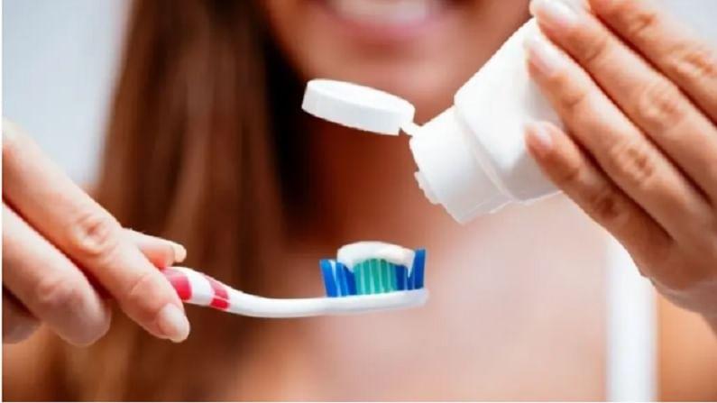 आपल्या सर्वांना लहानपणापासूनच माहित आहे की दात आणि हिरड्या स्वच्छ ठेवण्यासाठी नियमितपणे ब्रश करणे खूप महत्वाचे आहे. दात स्वच्छ ठेवण्यासाठी ब्रशिंग आणि फ्लोशिंग फार महत्वाचे आहे. मात्र, ब्रश करताना आपण काही छोट्या-छोट्या चुका करतो. ज्यामुळे आपल्या दातांना नुकसान देखील होऊ शकते.