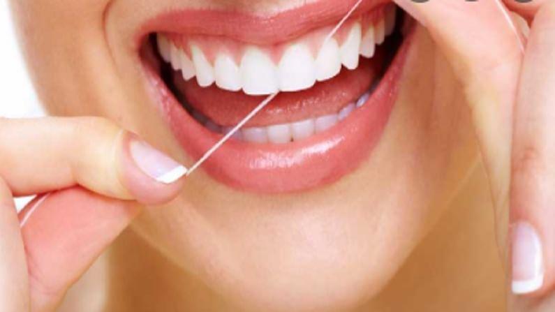 बऱ्याच लोकांना सवय असते, वेगाने दात घासण्याची यामुळे आपल्या हिरड्या खराब होऊ शकतात. म्हणून, मऊ ब्रिस्टल्ससह टूथब्रश निवडा जेणेकरून जास्त ब्रश केल्याने आपल्या हिरड्यांना रक्त येणार नाही.
