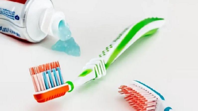 आपण आपला टूथब्रश साधारण 3 महिन्यांनी बदलला पाहिजे. कारण एक ब्रश तीन महिन्यांपेक्षा जास्त वापरणे चुकीचे आहे. ब्रश खराब झाला नाहीतर 3 महिन्यात ब्रश बदला.