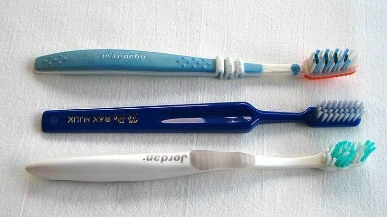 दिवसातून साधारण दोन वेळा ब्रश करणे चांगले आहे. त्यापेक्षा जास्त वेळा ब्रश करणे टाळा. जास्त ब्रश केल्याने आपल्या दातातून रक्त येण्याची शक्यता असते.