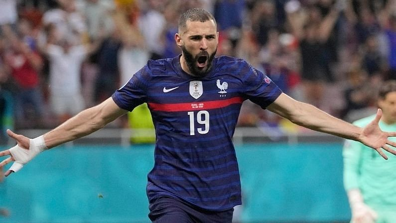 युरो चषक 2020 मध्ये उत्कृष्ठ गोल करणाऱ्यांच्या  पंगतीत फ्रान्सचा दिग्गज खेळाडू करीम बेंजिमा (Karim Benzema) तिसऱ्या स्थानावर आहे. बेंजिमा या टूर्नामेंटमध्ये 5 वर्षानंतर फ्रान्स संघाकडून खेळला. त्याने  4 सामन्यांत 4 गोल केले. बाद फेरीत त्याचा संघ स्वित्झर्लंडकडून पराभूत झाला.