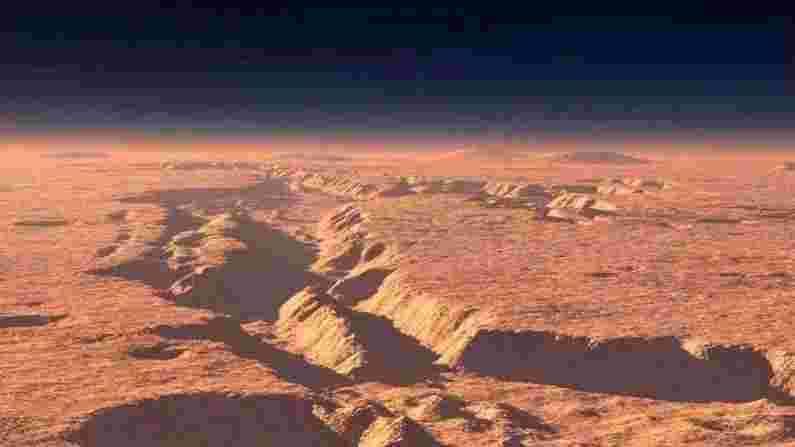 व्हॅलेस मेरीनरिस(Valles Marineris) ही मंगळावरील सर्वात मोठी दरी आहे, जी सुमारे 3000 किमी लांबीची आहे. हे ग्रँड कॅन्यनपेक्षा जवळजवळ चार पट जास्त आहे. ही दरींची एक प्रणाली आहे, जी 10 किमीच्या खोलीपर्यंत पोहोचते. वॉलेस मेरिनरिसचे नाव मेरिनर 9 च्या नावावर ठेवले गेले, ज्याने 1971 मध्ये याचा शोध घेतला.