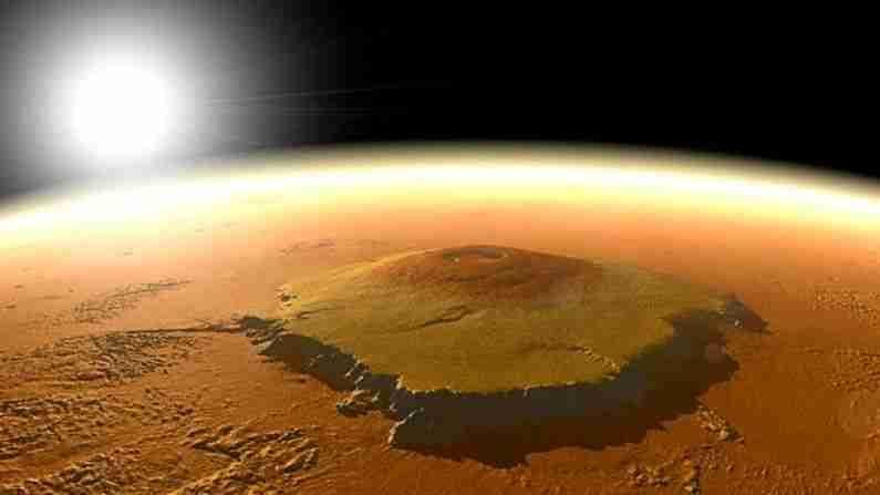 ओलिंपस मॉन्स(Olympus Mons) सुमारे 17 मैल (27 किमी) उंच आहे, जे माउंट एव्हरेस्टच्या उंचीपेक्षा तीनपट उंचीवर आहे. हे थारिस ज्वालामुखी विभागात आहे. ऑलिंपस मॉन्स लावाच्या स्फोटामुळे तयार झाला, जी नंतर दृढ होण्यापूर्वी दूरपर्यंत वाहते. अशा प्रकारे लोक या डोंगरावर चढू शकतील.