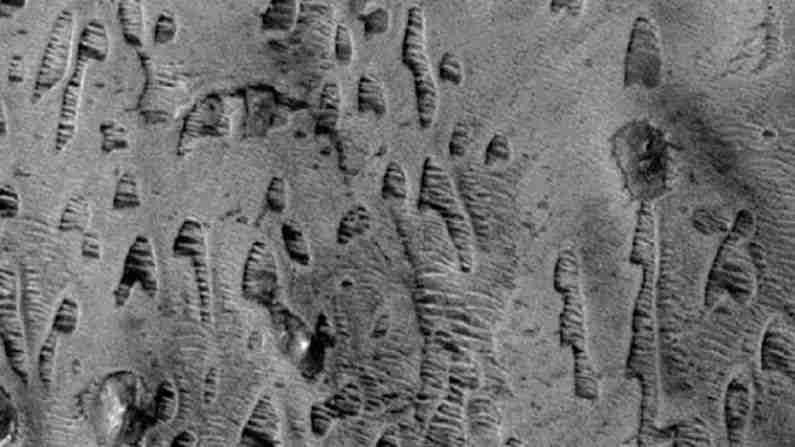 नोक्टिस लेबिरिंथस आणि हेलस बेसिनमध्ये सापडणाऱ्या 'घोस्ट ड्यून्स'ने शास्त्रज्ञांना भुरळ घालतात. संशोधकांच्या म्हणण्यानुसार, हे क्षेत्र दहा पट मीटर उंचवट्याचे ठिकाण होते. नंतर हे लावा किंवा पाण्याने भरले गेले, ज्यामुळे त्यांची ठिकाणे संरक्षित केले गेले, तर त्यांचा वरचा भाग नाहीसा झाला.