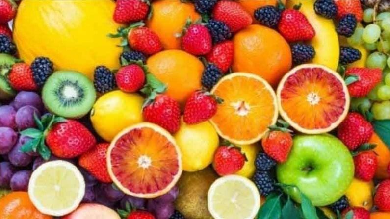आंबट फळे आपण आहारात जास्त प्रमाणात घेतली पाहिजेत. कारण त्यांच्यामध्ये व्हिटॅमिन सी मुबलक प्रमाणात असते. व्हिटॅमिन सी कोलेजनच्या निर्मितीस मदत करते. यामुळे आपले केस मजबूत होण्यास मदत होते.