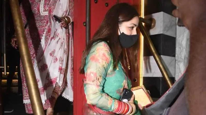 यामी गौतमने 'उरी' फेम दिग्दर्शक आदित्य धर (Aditya dhar) याच्याशी लग्न केले आहे. अभिनेत्रीने अतिशय साधेपणाने मोजक्याच लोकांच्या उपस्थितीत सातफेरे घेतले आहेत.