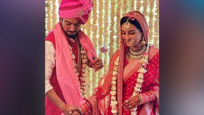 पांड्या स्टोअर फेम अभिनेत्री शायनी दोशीने तिचा प्रियकर लवेश खैराजानीशी लग्नगाठ बांधली आहे. आज, 15 जुलै रोजी मुंबईत एक साधा पारंपारिक विवाह सोहळा पार पडला.