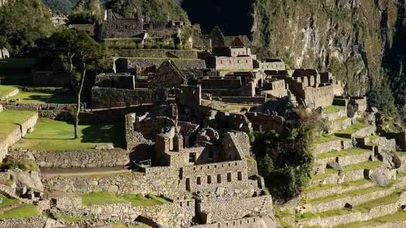 माचू पिच्चूचे एक रहस्य म्हणजे इन्का साम्राज्याने वारंवार झालेल्या भूकंपांचा सामना करण्यासाठी इमारतींची काळजीपूर्वक रचना केली. हे क्षेत्र दोन फॉल्ट लाईन्सच्या वर स्थित आहे, ज्यामुळे भूकंप होण्याचा धोका जास्त होता. शहर तयार करण्यासाठी प्राचीन अभियांत्रिकी तंत्र वापरले गेले.