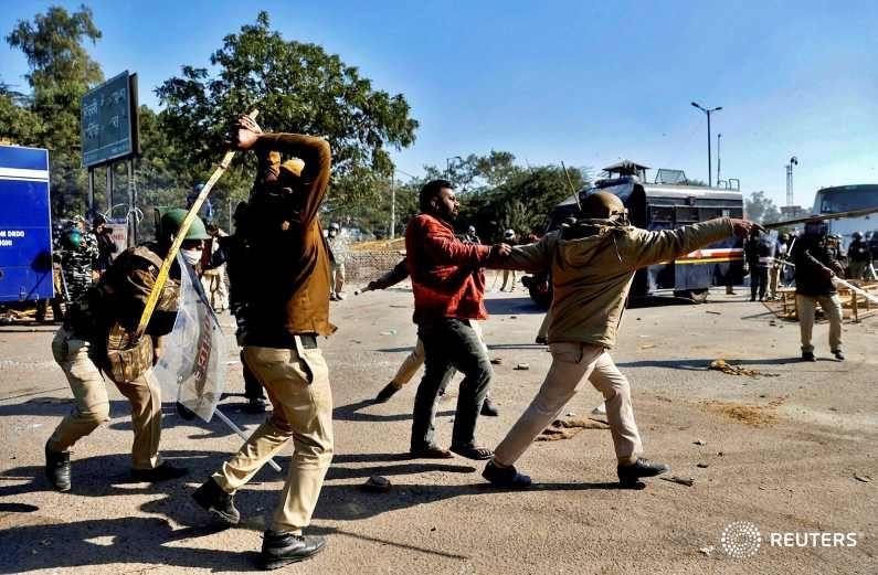 आक्रमक आंदोलक आणि पोलीस प्रशासनाची कारवाई यातून उद्भवलेला संघर्षही त्यांच्या फोटोंमध्ये दिसतो.