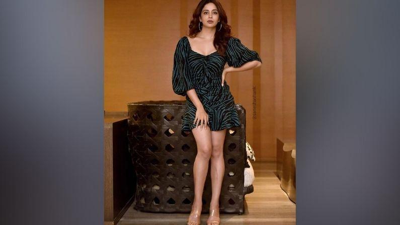अनेक मराठी आणि हिंदी चित्रपटांमध्ये आपल्या अभिनयानं प्रेक्षकांची मनं जिंकणारी अभिनेत्री नेहा पेंडसेनं (Neha Pendse) काही महिन्यांपूर्वी टीव्ही इंडस्ट्रीमध्येही कमबॅक केलं आहे. सध्या नेहा 'भाभीजी घर पर हैं' या मालिकेत गोरी मेमची भूमिका साकारताना दिसतेय.