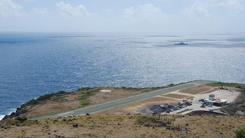 नेदरलँडच्या मालकीच्या कॅरेबियाई बेट सबामध्ये जुआनचो ई. यरोस्किन एअरपोर्ट (Juancho Yrausquin Airport) आहे. या विमानतळावर जगातील सर्वात लहान व्यापारी विमानतळ धावपट्टी आहे. ही धावपट्टी केवळ 400 मीटर आहे. ही लांबी सर्वसामान्य विमानाच्या लांबीपेक्षा केवळ थोडीशी मोठी आहे. त्यामुळेच या विमानतळावर मोठ्या विमानांना प्रवेश नाही. विंडएअर या एकमेव विमान कंपनीची विमानं या धावपट्टीवरुन उड्डान करतात.
