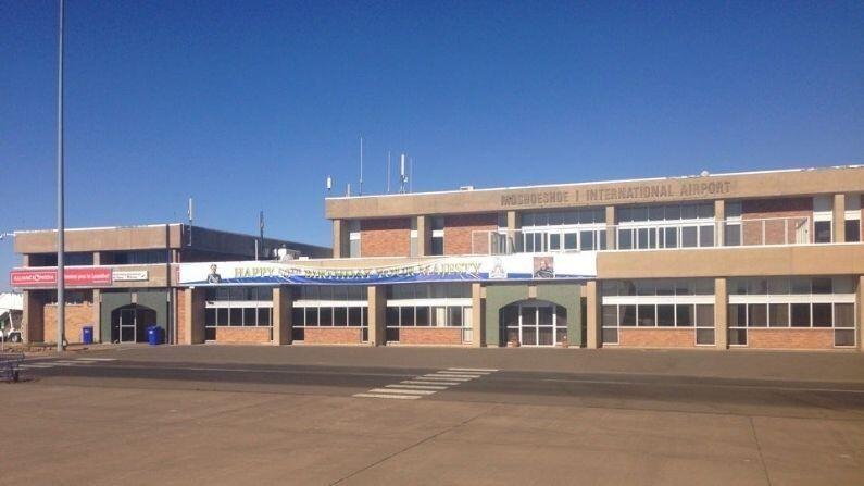 किंग्डम ऑफ लेसोथ पूर्णपणे दक्षिण आफ्रीकेने घेरलेला आहे. येथे मोशोशू आय एअरपोर्ट (Moshoeshoe I airport) हे एकमेव विमानतळ आहे. या आंतरराष्ट्रीय विमातनळावरुन जोहान्सबर्गसाठी विमानं सुटतात. याची धावपट्टी केवळ 1000 मीटर आहे.