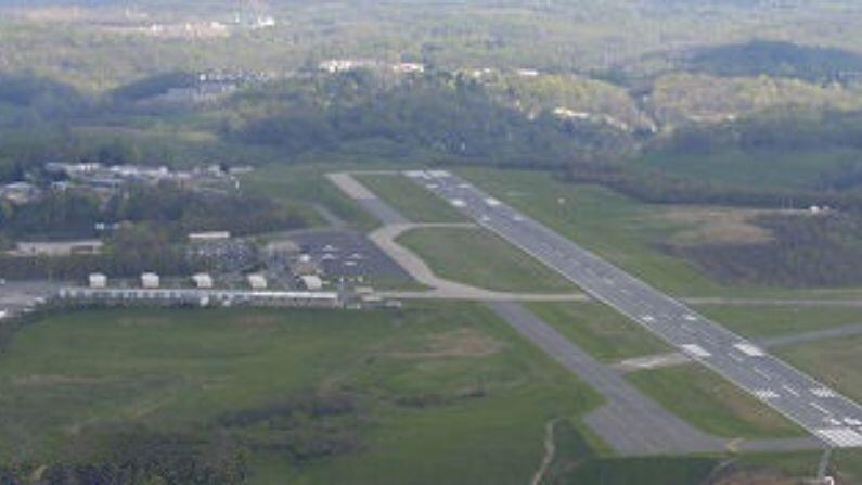 मॉर्गनटाऊन म्यूनसिपल एअरपोर्ट (Morgantown Municipal Airport) हे विमानतळ युनायटेड एअरलायन्सकडून संचालित केलं जातं. हे विमानतळ शहराला क्लार्क्सबर्ग आणि वाशिंग्टन डीसीमधील वाशिंग्टन डलेस इंटरनॅशनल एअरपोर्ट जोडते. या विमानतळाचा रनवे केवळ अर्धा मैल आहे. रेस्तरांमध्ये बसून कोणतीही व्यक्ती या विमानतळावरील उड्डान पाहू शकते.