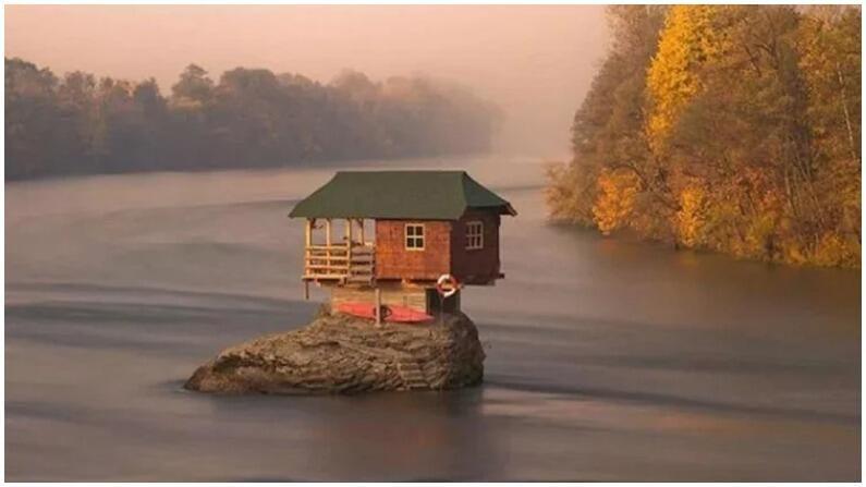 पाण्याच्या मधोमध हे छोटंसं सुंदर घर सर्बियात आहे. त्याच्या चारही बाजूंनी जंगल आणि पाणी आहे. त्यामुळे त्याचं सौंदर्य आणखीच वाढतं. हे घर बांधून आता जवळपास 50 वर्षे झाल्याचं सांगितलं जातं.