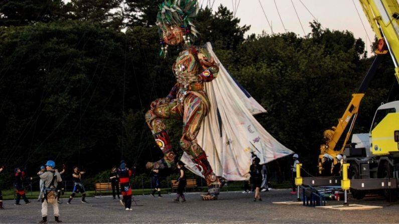 या बाहुलीला 'मोक्को' नाव पटकथा लेखक कानकुरो कुडो यांनी दिलंय. ते जपानचे हास्य कलाकार आणि लेखक नाओकी मातायोशी यांनी लिहिलेल्या 'मोक्को की कहानी'पासून प्रभावित आहे. (Photo: PTI/AFP)
